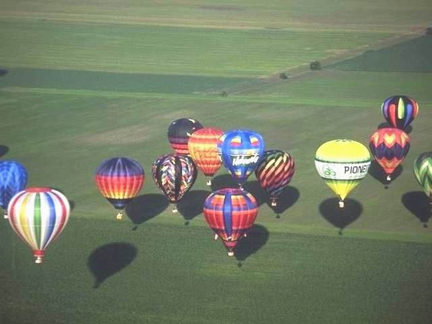 MANY BALLOONS OVER PLAINS