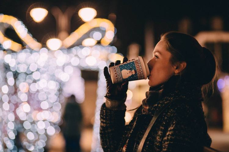 COFFEE, GIRL, CHRISTMAS LIGHTS - StockSnap - PX